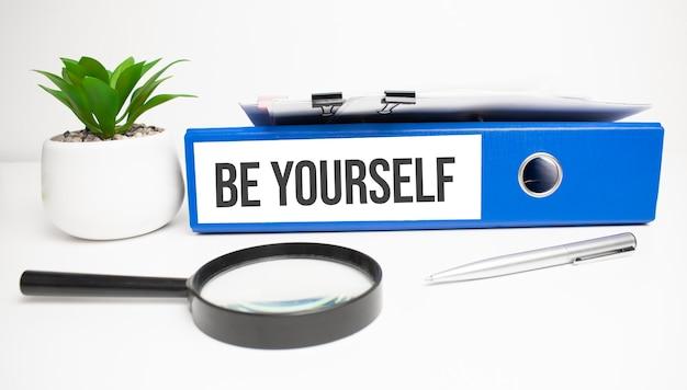 Sii te stesso parole sulle etichette con raccoglitori di documenti