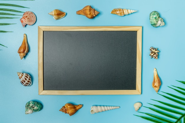 Gli accessori da spiaggia sullo sfondo blu e blu. bandiera di web bella vendita estate.