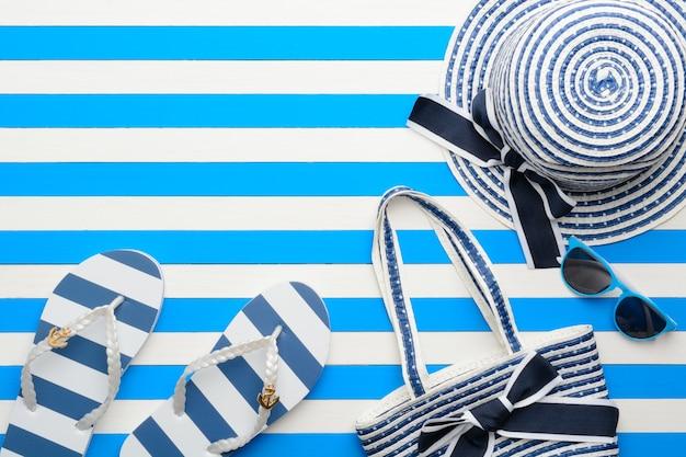 Accessori da spiaggia su uno sfondo blu e bianco. vista dall'alto, piatto.