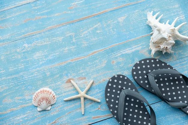 Accessori da spiaggia sul tavolo di legno blu. concetto di estate
