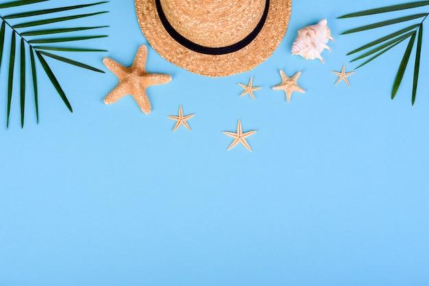Accessori da spiaggia: occhiali e cappello con conchiglie e stelle marine su fondo colorato. sfondo estivo