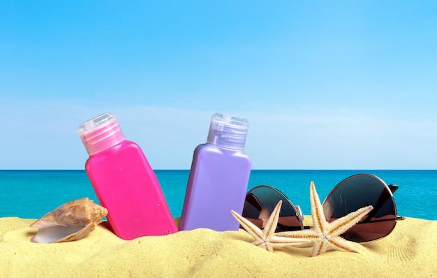 Accessori della spiaggia sul colpo alto vicino della sabbia