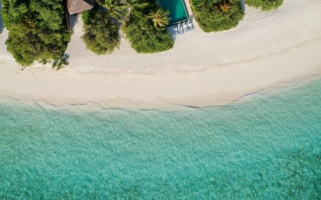 Vista aerea della spiaggia con acqua di mare limpida bellissimo sfondo naturale, concetto di viaggio