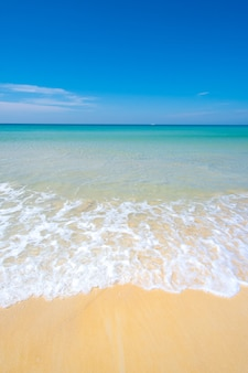Spiaggia bellissima sabbia e mare sullo sfondo del cielo blu