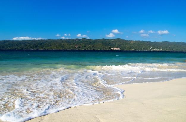 Spiaggia e bellissimo mare tropicale