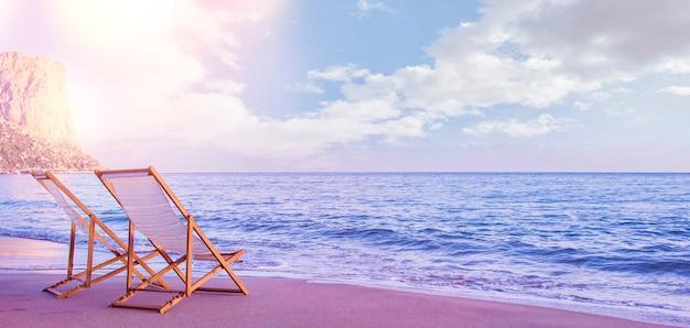 Sedia a sdraio in spiaggia con tramonto