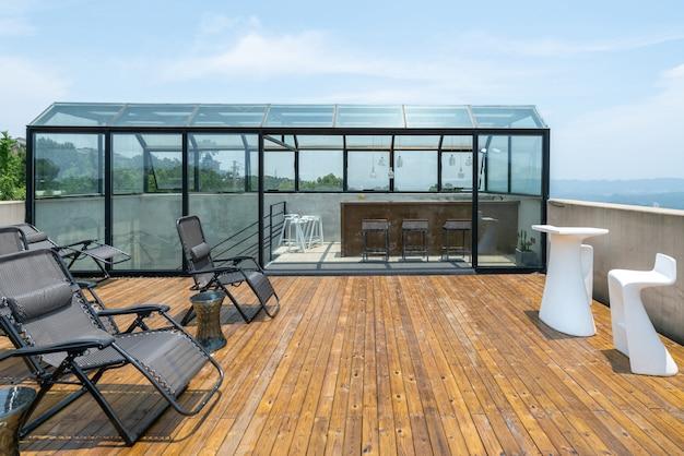 Sedia a sdraio sul tetto della villa per le vacanze