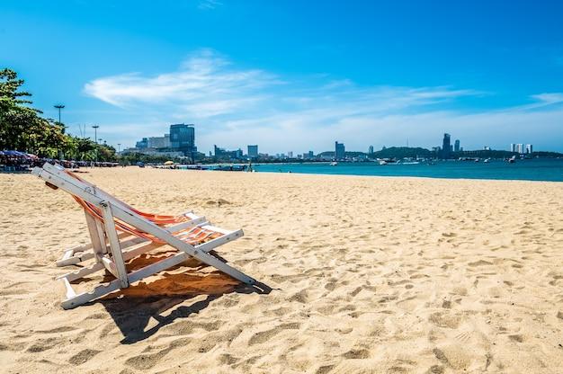 Sedia a sdraio in spiaggia tropicale a pattaya thailandia con bellissime acque turchesi dell'oceano