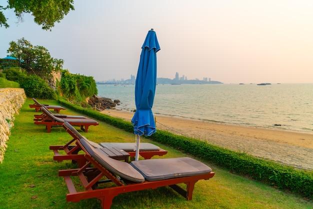 Sedia a sdraio con mare spiaggia al tramonto a pattaya
