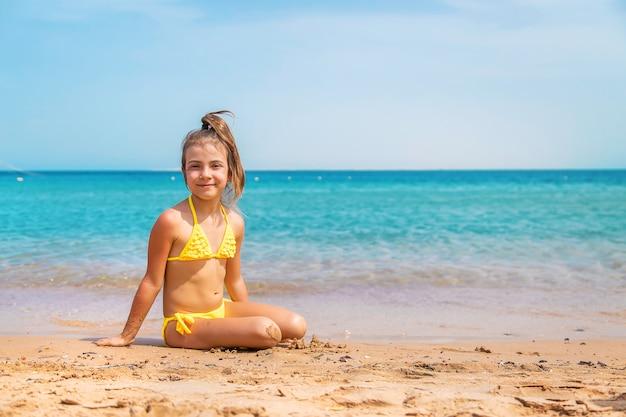 Sulla spiaggia bambino vicino al mare