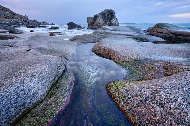 Spiaggia del fiordo in norvegia