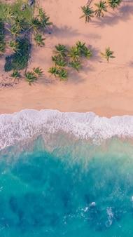 Spiaggia coperta di acqua blu