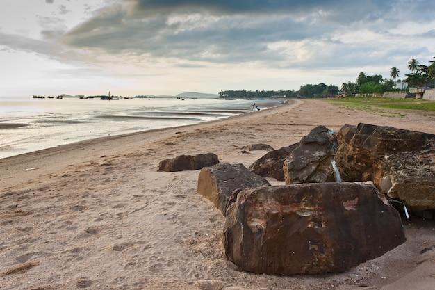 La spiaggia al mattino, la pietra in primo piano