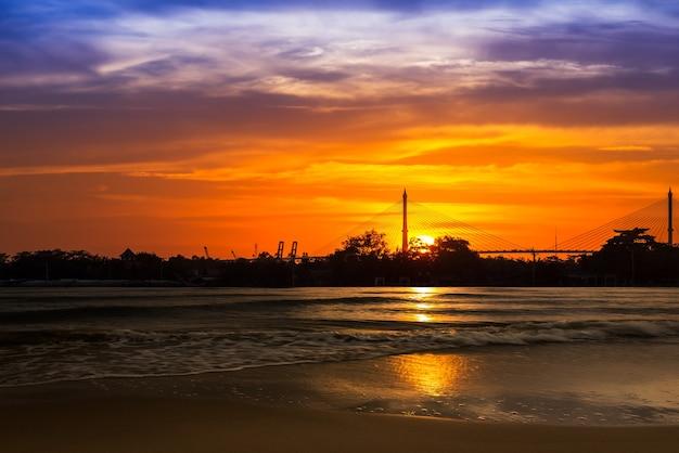 Onda del mare di sfocatura della spiaggia e del movimento sullo sfondo del tramonto