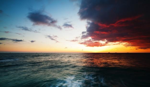 Beach pier tramonto, vista sul mare