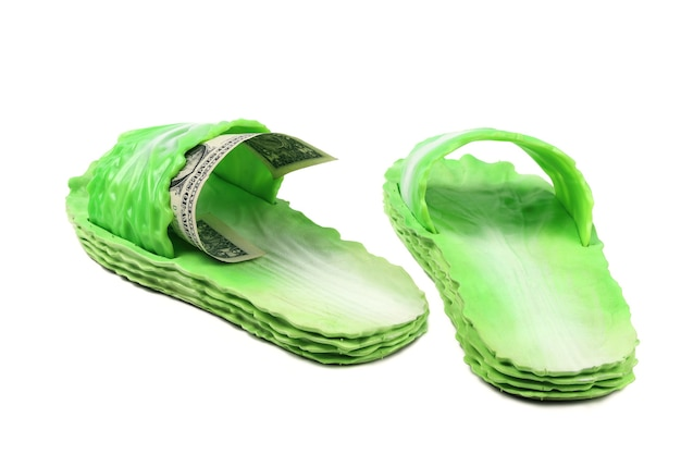 Sandali verdi in gomma da spiaggia nello stile delle foglie di cavolo