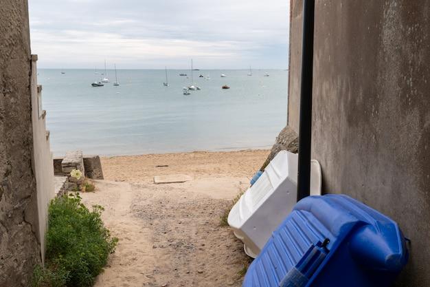 Vicolo di accesso alla spiaggia di sabbia sull'isola di noirmoutier con vista sul mare