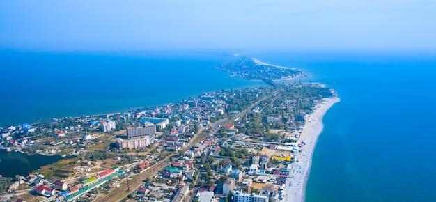 Spiaggia di sabbia, acqua blu, la città della regione di zatoka odessa.