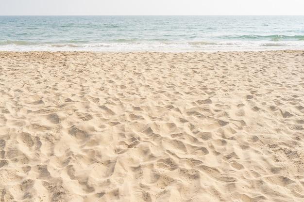 Spiaggia e mare. mare e sabbia sulla spiaggia tropicale per lo sfondo delle vacanze.