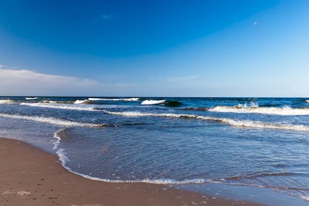 Riva della spiaggia con cielo blu chiaro