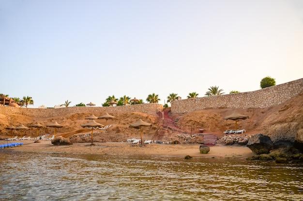 Spiaggia sulla penisola del sinai. egitto, sharm el sheikh.