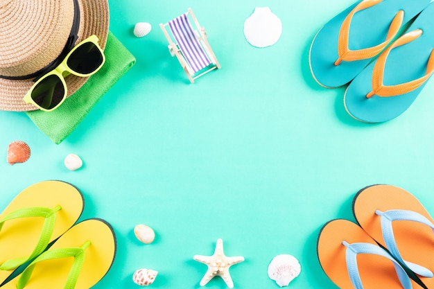 Spiaggia, occhiali da sole, infradito, stelle marine, cappello, conchiglia su sfondo verde pastello. vacanze estive