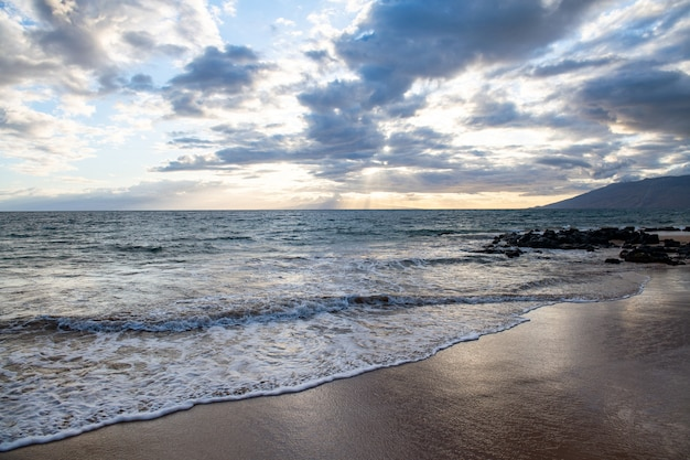Sfondo spiaggia e mare tropicale. concetto di relax estivo.