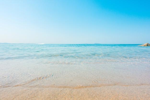 Onda molle del mare tropicale e della spiaggia dell'oceano blu del cielo libero su sabbioso. sfondo marino