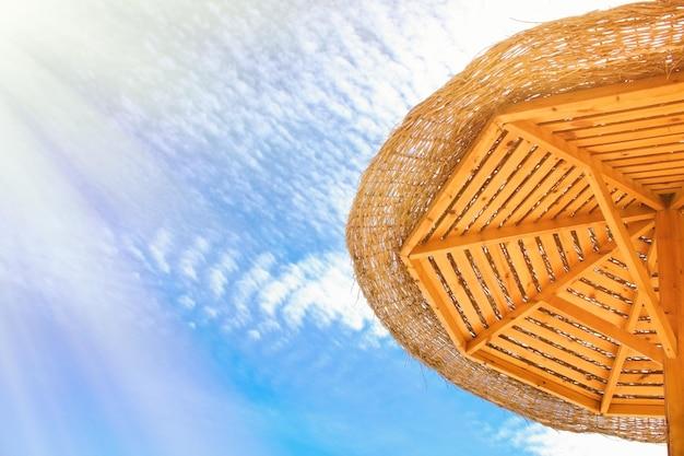 Ombrelloni da spiaggia viaggi vacanze e vacanze estive concetto immagini eleganti