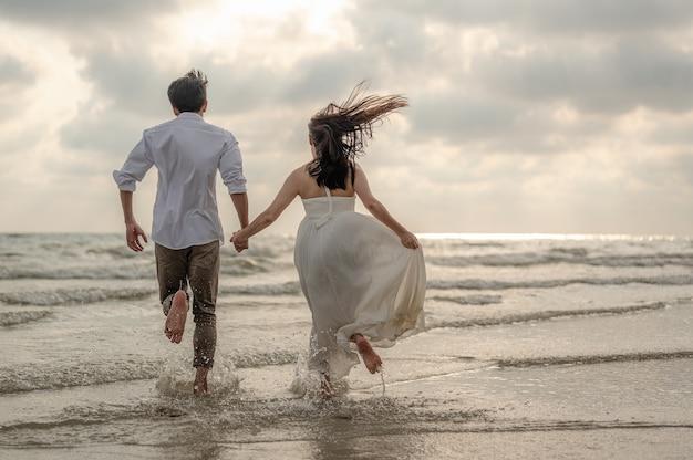 Vacanza al mare passeggiata romantica coppia rilassante sull'oceano destinazione di viaggio estivo giovani coppie
