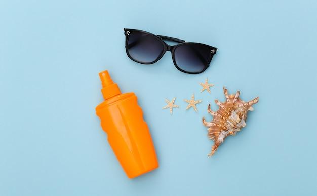 Vacanza al mare. estate. accessori da spiaggia in blu