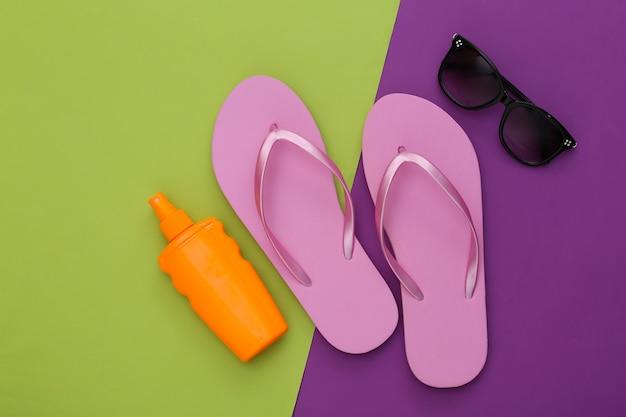 Vacanza al mare. estate. accessori da spiaggia su viola verde