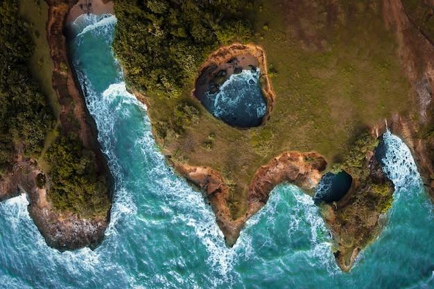 Vista della spiaggia in indonesia con il mare blu