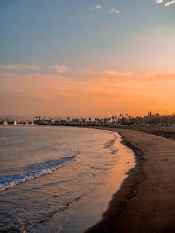 Spiaggia sul lungomare di santa barbara, sole al tramonto, foto dal molo, california