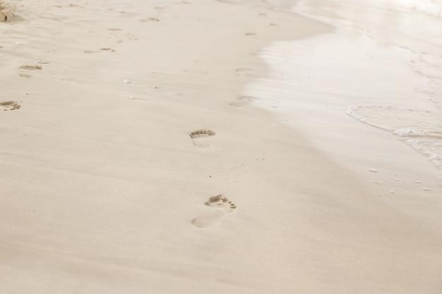 Spiaggia, onde e impronte all'ora del tramonto