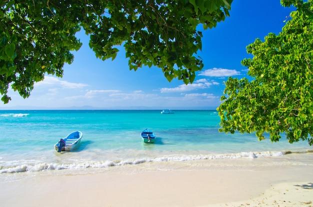 Spiaggia con barche sul mare