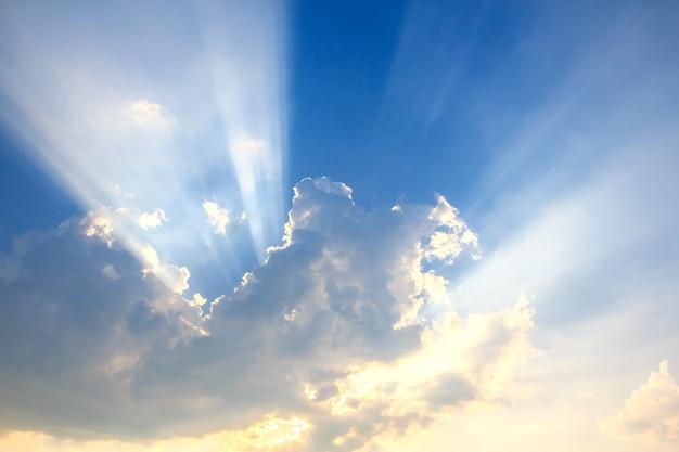 Fascio di luce e nuvole
