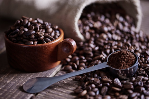 Chicchi di caffè e sacco di juta