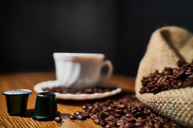 Chicchi, tazzina, capsule e caffettiera per un buon caffè