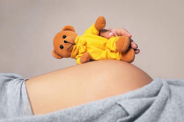 Recare su una pancia incinta, concetto di aspettativa del bambino