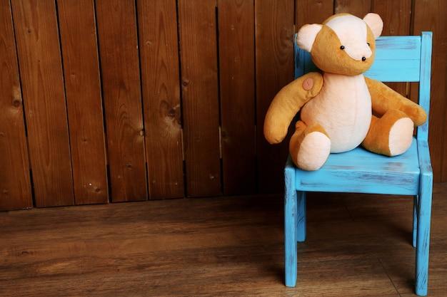 Giocattolo dell'orso sulla sedia sul tavolo di legno