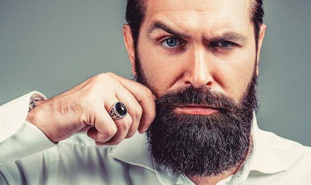 La barba è il suo stile. maschio con baffi in crescita. ritratto di uomo barbuto in camicia bianca. chiuda in su del maschio elegante hipster bella barba. uomo barbuto da vicino.