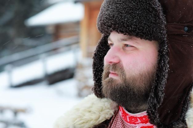 Uomo con la barba in costume invernale tradizionale dell'età medievale contadina in russia