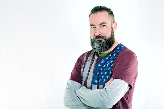 Uomo barbuto stile hipster americano preparato per il quarto giorno dell'indipendenza americana