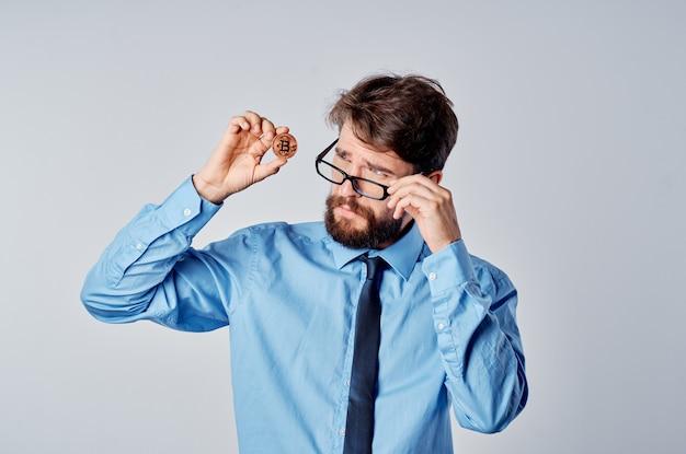 Uomo d'affari barbuto criptovaluta bitcoin emozioni job manager