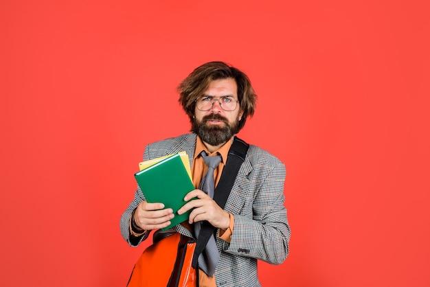Uomo d'affari barbuto con libri uomo d'affari in ufficio ritratto di imprenditore barbuto leadership ceo