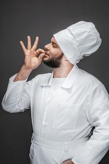Chef barbuto baciare le dita