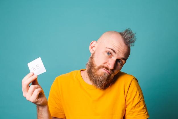 Barbuto uomo europeo in camicia gialla isolato, tenendo sì con sorpresa e espressione stupita faccia eccitata.