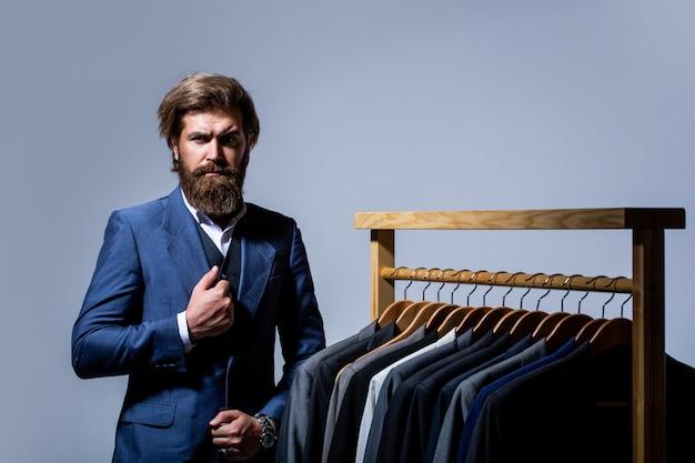 Uomo barbuto di moda in costume classico.