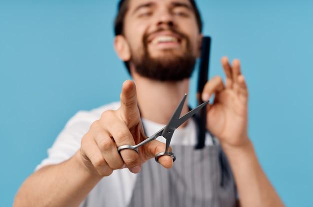 Uomo barbuto taglio di capelli da barbiere sfondo blu